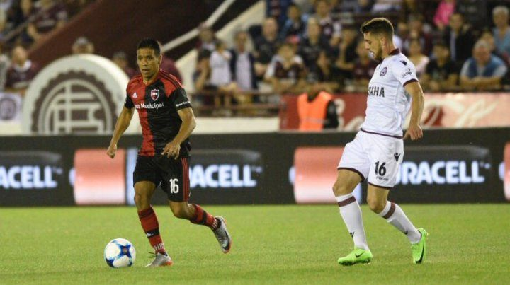 El Negro Figueroa maneja el balón ante la mirada de Alejandro Silva