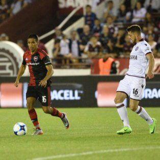 El Negro Figueroa maneja el balón ante la mira de Alejandro Silva.