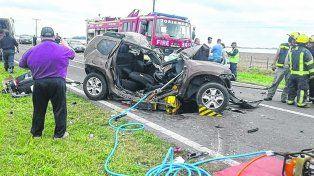 Impacto fatal. El accidente en la ruta 33 ocurrió al mediodía de ayer y destruyó a una familia de Buenos Aires.