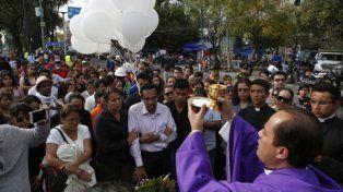 honra fúnebre. La misa de ayer, con los padres de los chicos, en las afueras de la parroquia del Carmen.
