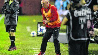 El Chocho y la pelota. Juan Manuel Llop vivió el partido a pleno y sufrió con la derrota rojinegra en la cancha granate.