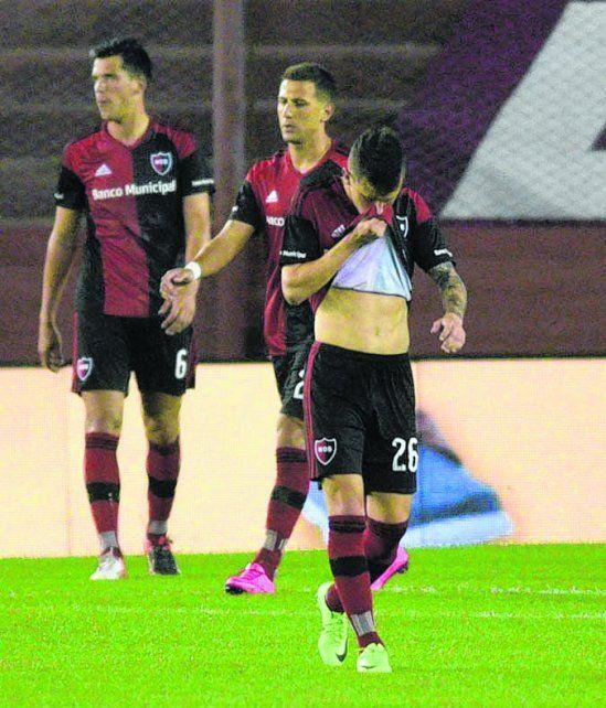 Desazón. Fértoli y compañía lamentan el gol recibido que significó la victoria del granate.