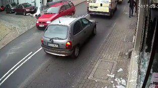 Mal día!...intentó robar un local, lo descubrieron y terminó debajo de un auto