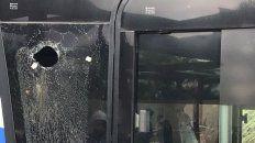 atacan a piedrazos al omnibus que trasladaba al equipo de boca al hotel en mendoza