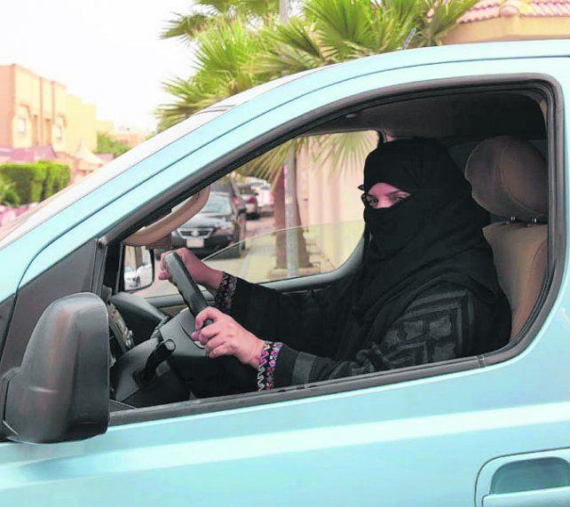 Al volante. El rey Salman abrió las calles del reino wahabita a la mujer.