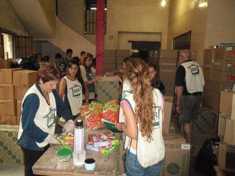 en acción. Voluntarios del Banco de Alimentos Rosario (BAR) seleccionando productos en una de las tantas movidas solidarias.