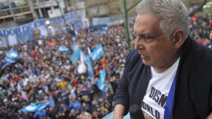 Medina habló hoy con sus seguidores desde el balcón de la sede gremial de La Plata.