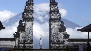 paisaje. Desde un templo de Karangasem un balinés observa el monte Agung cubierto de nubes.