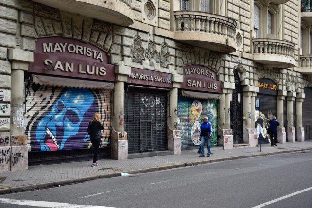 Persianas bajas y negocios cerrados por el Día del Empleado de Comercio