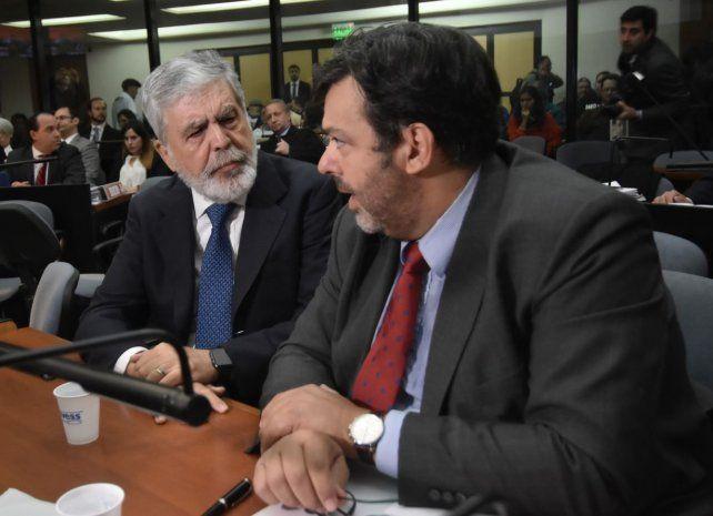 Julio De Vido junto a su abogado Maximiliano Rusconi durante el juicio oral que se inició hoy.