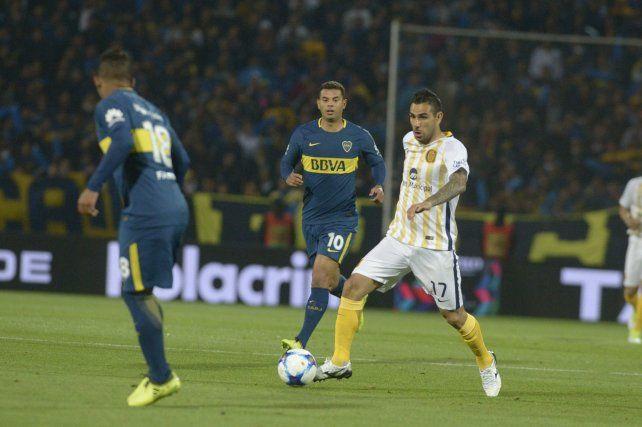 El Chaqueño Herrera maneja la pelota ante la marca rival.