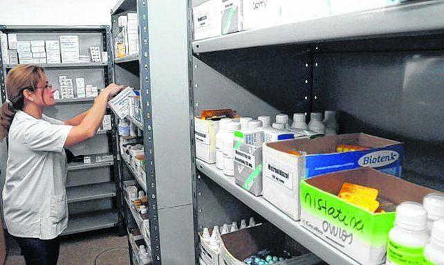 centro de salud. Los profesionales disponen de medicamentos para entregar a la población.