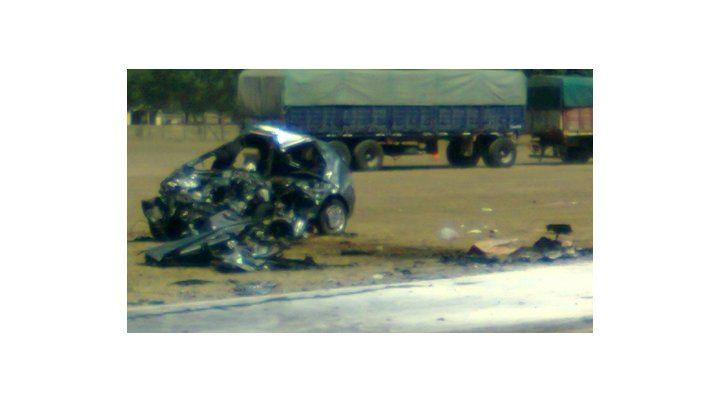 Fiat Palio. El vehículo donde viajaban las víctimas fatales quedó transformado en hierros retorcidos.