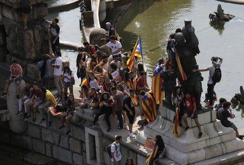 Ola de protesta. Jóvenes estudiantes tratan de defender la convocatoria unilateral de la Generalitat.