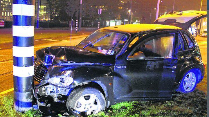 El impacto. El auto de alquiler que trasladaba al delantero argentino hacia el aeropuerto de Amsterdam chocó de frente contra una columna. Según versiones