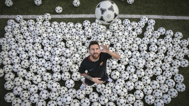 Messi posó con 300 pelotas de fútbol para una producción del diario deportivo Sport.