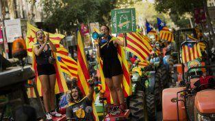 Tractorazo. Jóvenes con la estelada participan de la marcha de tractores a favor del referéndum.