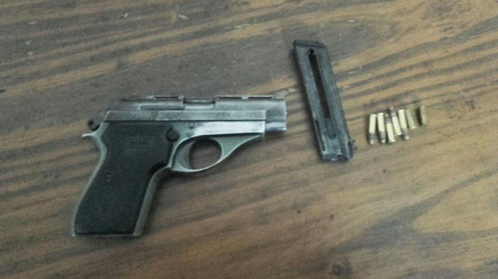 El arma secuestrada a los sospechosos.