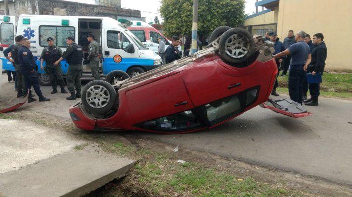 El Fiat Palio quedó volcado y su conductor sufrió heridas.