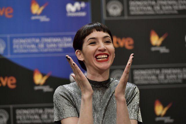 Sofía Gala saluda al público instantes antes de recibir su premio en San Sebastián.