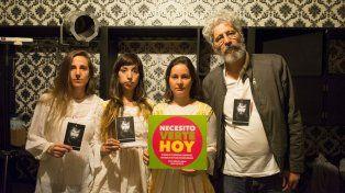 A dos meses. Integrantes de La caída del tirano posan con la foto del desaparecido.