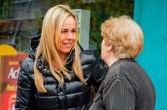 Cara a cara. Daniela León camina los barrios para dialogar con vecinos.