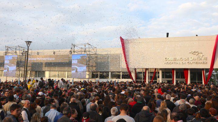 Algarabía. Los venadenses vivieron una jornada de fiesta frente al edificio del nuevo centro asistencial.