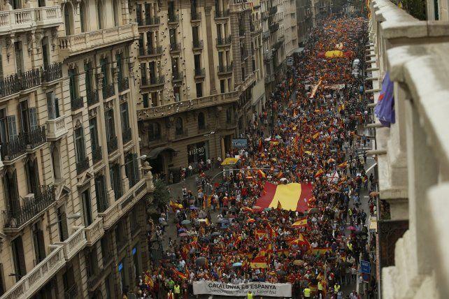 Fractura social. La Cataluña silenciada marchó en Barcelona con banderas españolas y coreando consignas contra el gobierno regional.