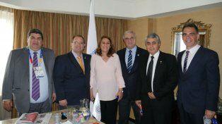 Autoridades. Fein y Diego Sebben (el último de la derecha) durante la presentación en Chile.