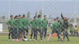 Paolo y sus muchachos. Montero les da indicaciones a los jugadores durante un entrenamiento.