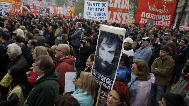 En el acto. Miles de personas se manifestaron por la aparición con vida del joven artesano.