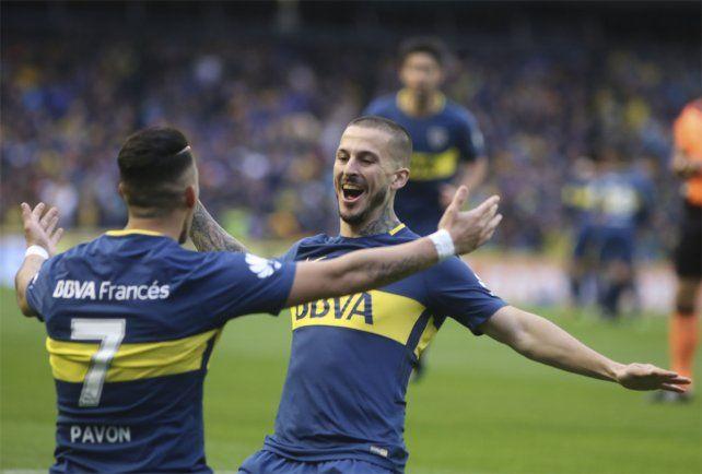 Al toque. Pavón celebra junto a Benedetto el tempranero gol a Chacarita en La Bombonera.