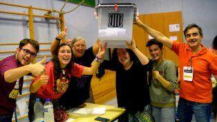 Se pudo. Electores y autoridades de mesa exhiben una urna llena al final de la jornada.