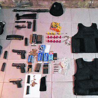 Armas pesadas. Una ametralladora, tres pistolas y chalecos localizados en la casa de uno de los sospechosos..