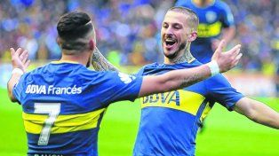 Venga ese abrazo.Pavón espera el saludo de Benedetto tras el gol que les dio la victoria a los xeneizes.