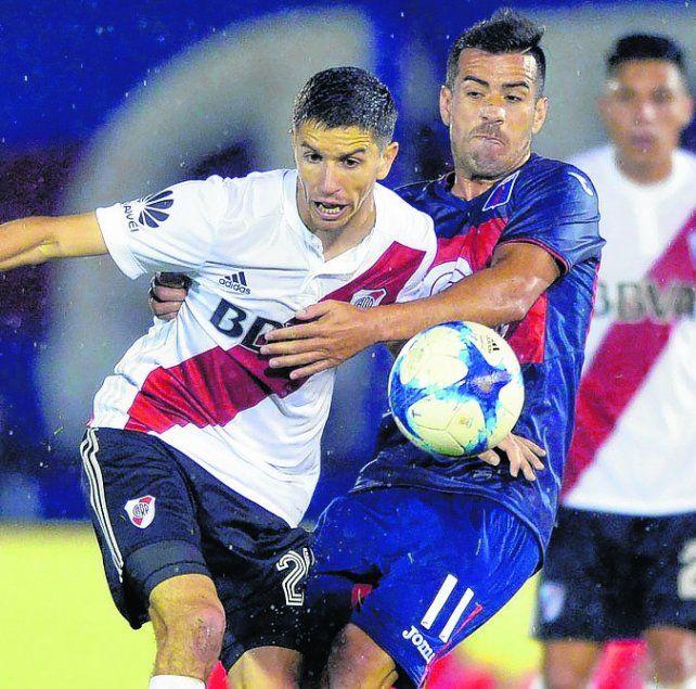No pasarás. Nacho Fernández intenta superar la marca del ex Newells Jacobo Mansilla.