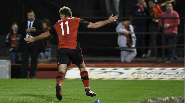 A festejar. El grito de gol de Alexis tras la pirueta que significó el 1-0 leproso en el Coloso.