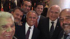 La selfie. Lifschitz y Del Sel, junto a otros dirigentes políticos y Lavié.