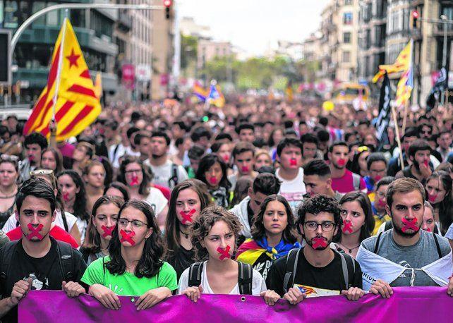 repudio. Ayer se hizo en Barcelona una masiva marcha de rechazo al accionar policial.