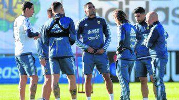 Apuntado. Gabriel Mercado (de frente) integraría la línea de tres de la defensa.