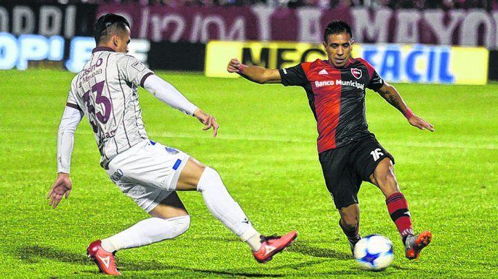 Negro el 16. Víctor Figueroa intenta la gambeta ante la marca del mendocino Javier Báez.