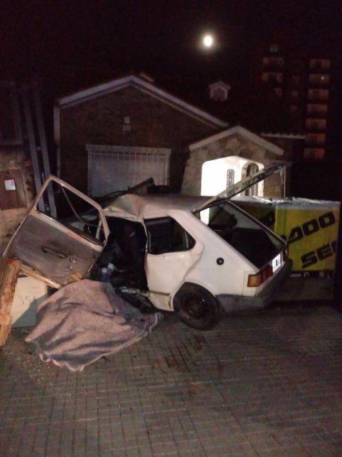 El automóvil donde iban siete personas impactó contra un portón.