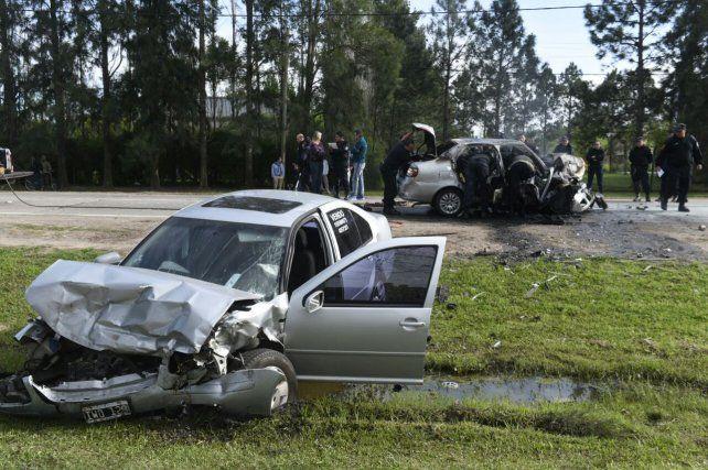 El VW Bora se despistó y el Siena quedó prácticamente calcinado.