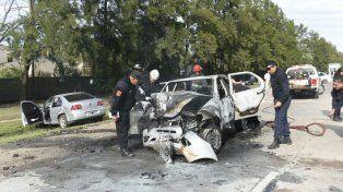 El Fiat Siena quedó totalmente destruido por las llamas.