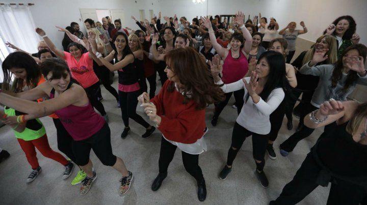 Cristina Fernández bailó zumba con vecinas en un club de José León Suárez