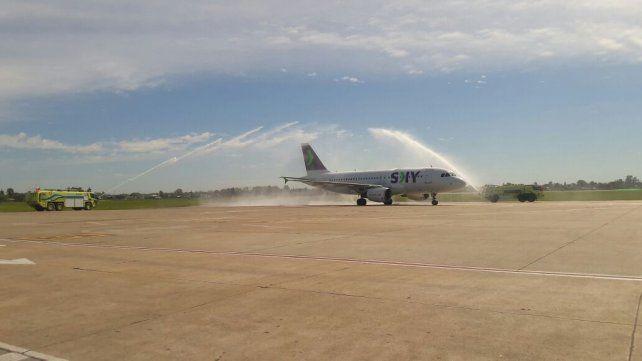 La low cost Sky desembarcó en Fisherton con su primer vuelo desde Santiago