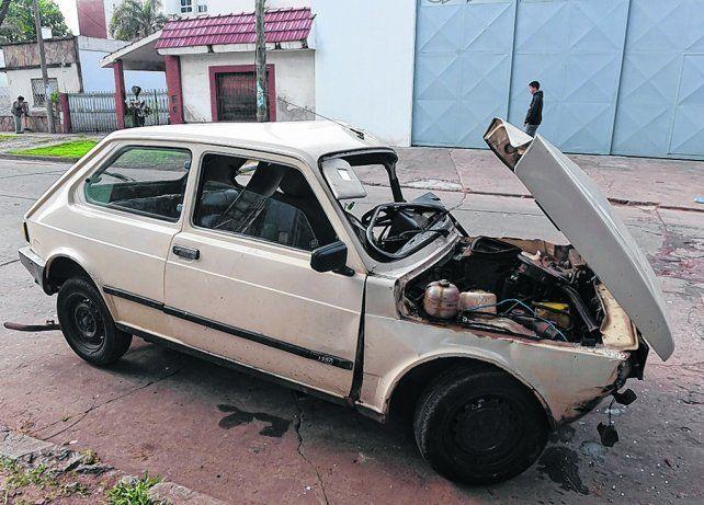 destrozado. El vehículo estacionado frente a la comisaría de Baigorria evidenciaba la violencia de la colisión.
