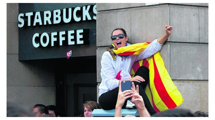 Tensión. Una joven grita consignas independentistas en una marcha.