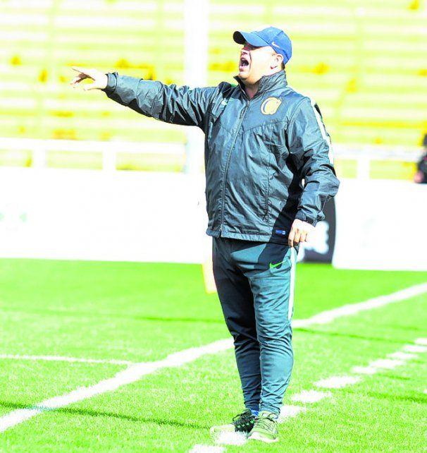 Allá vamos. El entrenador Leo Fernández les indica el camino a sus dirigidos.