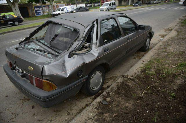 El Ford Sierra sufrió daños importantes al caer una columna.